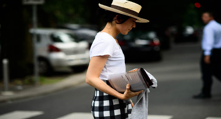 white t shirt street style – broad check skirt
