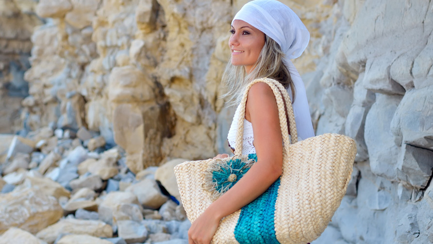young-beautiful-woman-on-the-beach-with-beach-bag